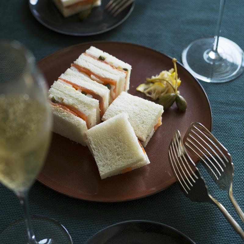 スモークサーモンとれんこんのサンドイッチ
