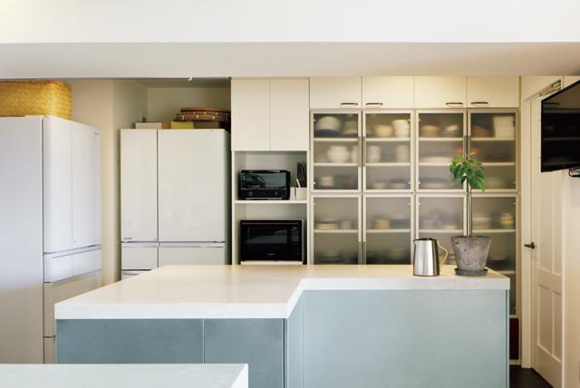キッチンの食器を入れた白い収納棚は以前のキッチンで使っていたものを再利用