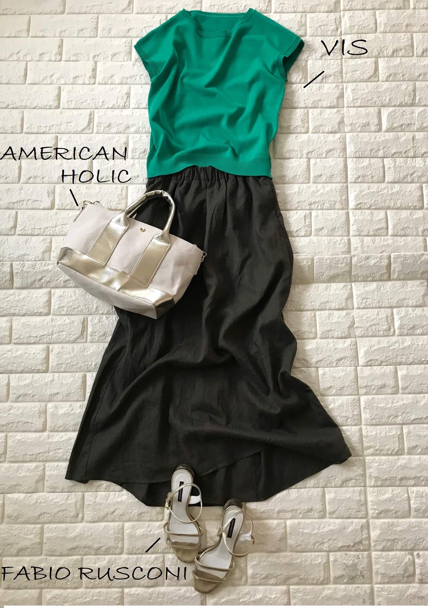 GUリネンスカートとグリーンの半袖を合わせたきれい色コーデ