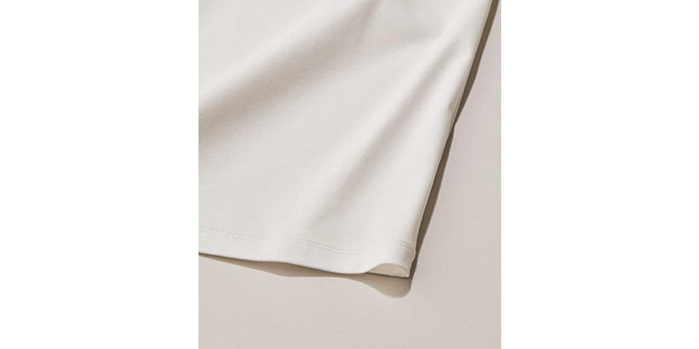 ツヤ素材の白Tシャツ