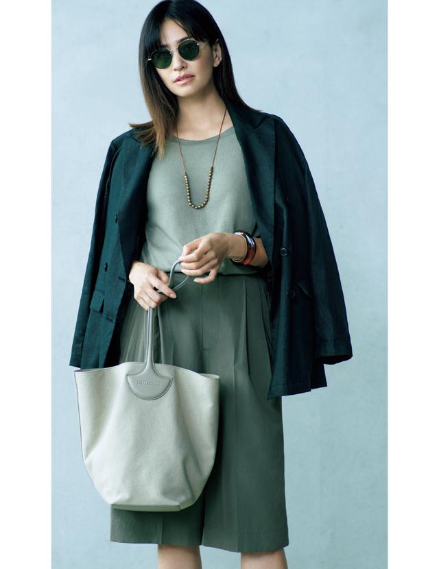 印象が引き締まるリネンの黒ジャケットを羽織るRINA