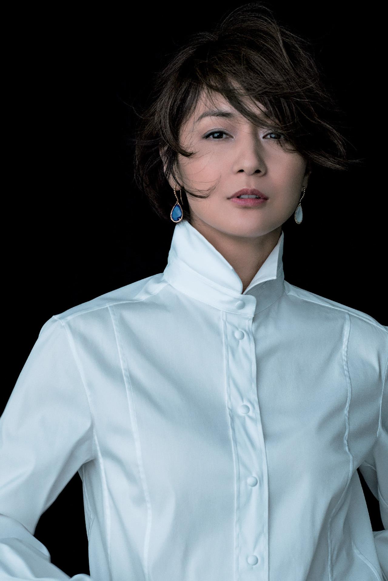 富岡佳子がまとう「白シャツにゴールドのジュエリー」 五選_1_1-3