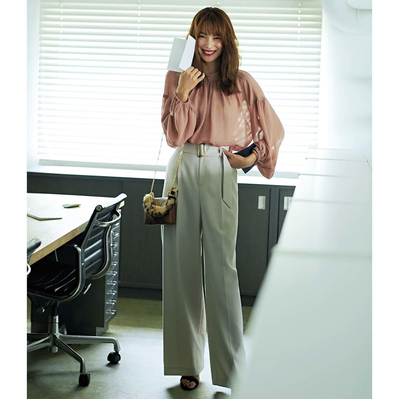 ピンクブラウス×腰高ワイドパンツのファッションコーデ
