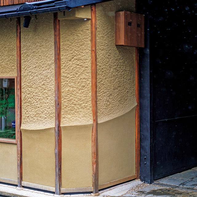 店は閑静な住宅地にあり、 月替わりの鍋懐石が評判