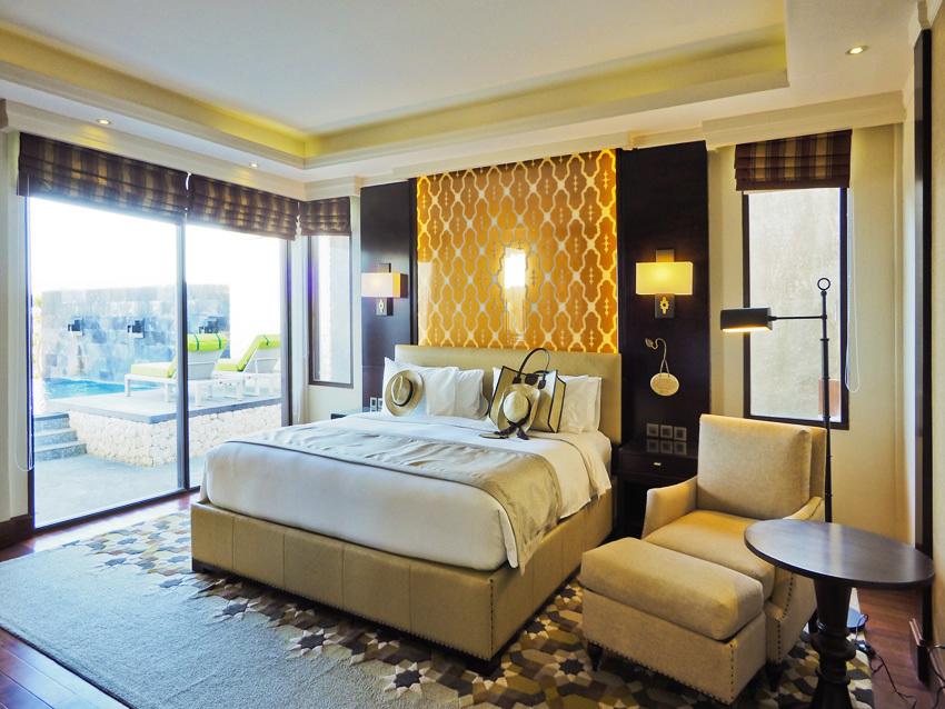 左写真のベッドルーム。実際には隣接したリビングの方がこちらより広い。更にパーゴラ付きデッキがある。