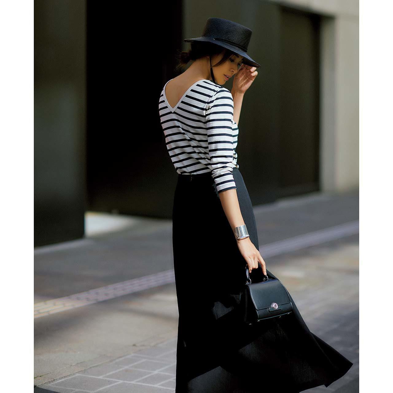 ボーダーカットソー×ブラックスカートコーデを着たモデルのSHIHOさん