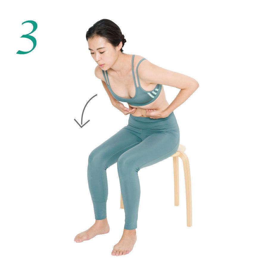 3.肋骨の下に左右の手の指を入れて上体を前に倒して圧をかける。少しずつ指の位置をずらして肋骨の下全体を行う。1カ所2回。