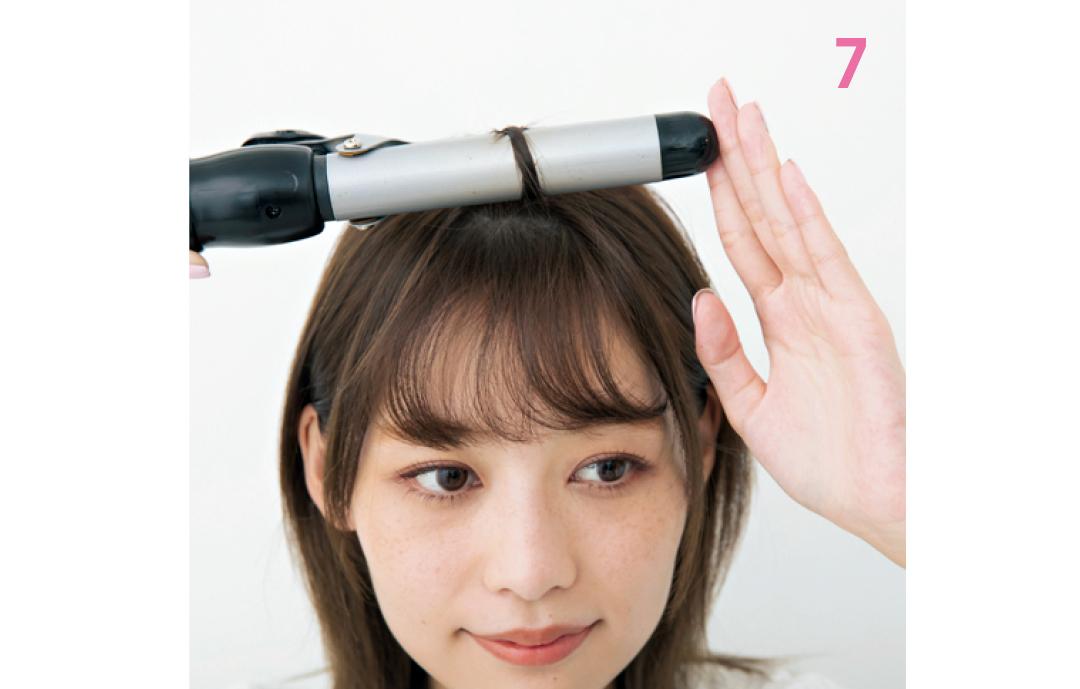 表面を1~3か所巻く  毛量に合わせて、前髪表面に1~3個の毛束を取り、根元まで巻き込んで、動く毛束を作る。