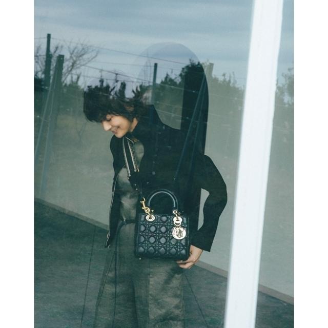 富岡佳子のディオールの名品バッグとパンプス