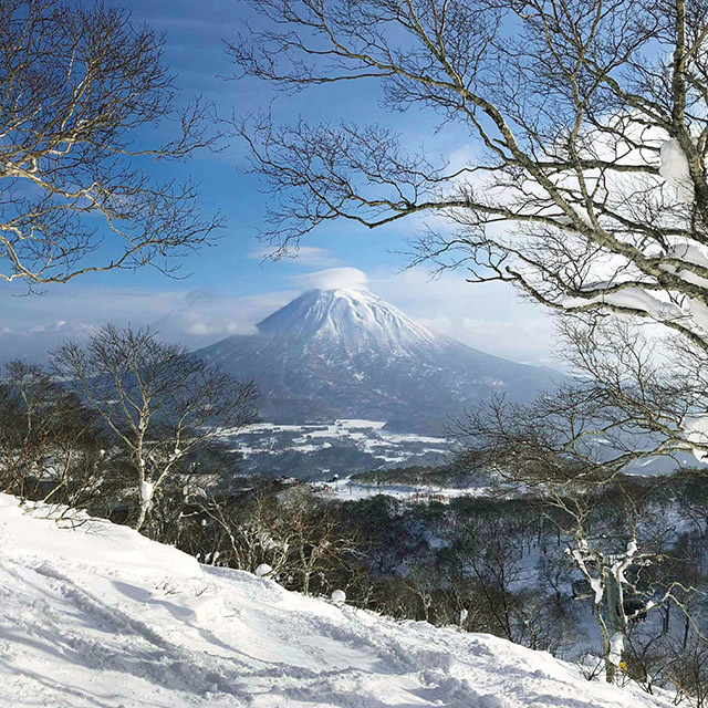 山々に囲まれ、スキー場が集まるエリアに立地。