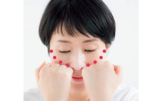 鼻横にげんこつをグッと押し当て、こめかみに向かって押していく。