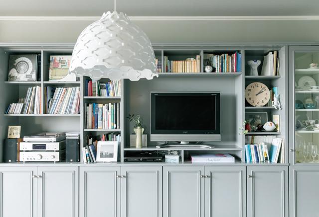 壁面収納には大好きなレコードやプレーヤー、本や食器を収め、眺められるようにとリクエスト