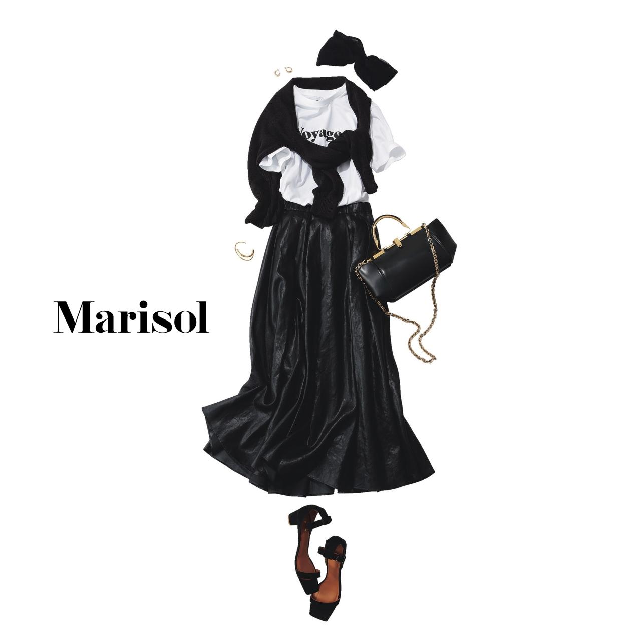 40代ファッション  ロゴ白Tシャツ×黒スカートコーデ