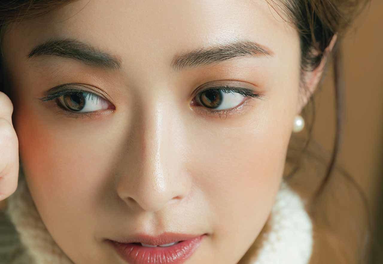 しっとり温かみのある目元を主役にしたブラウンメイクのモデル・樋場早紀さん