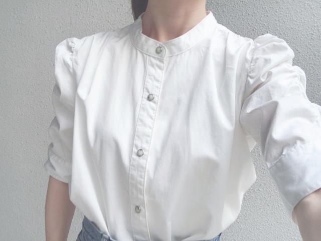 ボリューム袖の白ブラウス