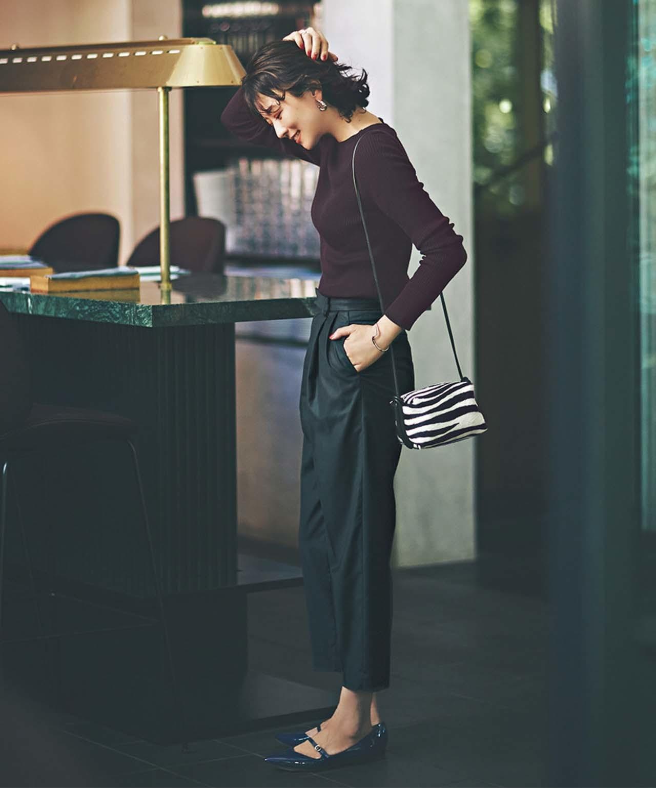 STUNNING LUREの黒パンツ×ブラウスコーデを着たモデルの五明祐子さん