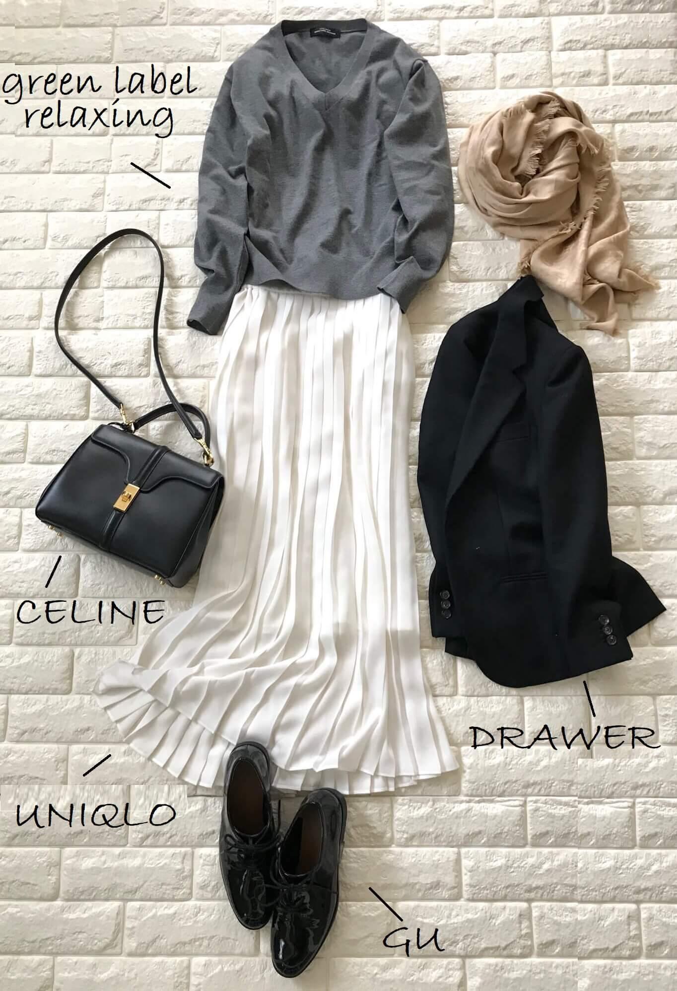 ユニクロの白プリーツスカートとグレーのニットを合わせたコーデ