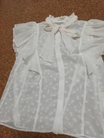 グレースコンチネンタルの白いブラウス。襟元、袖口のフリル、ボウタイ、水玉模様の織り生地、全てが甘~いデザインです。