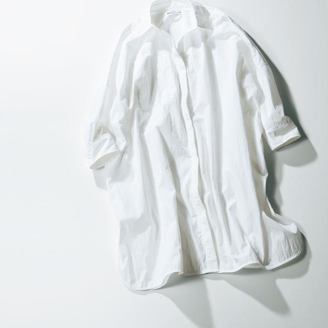 ビッグシルエットの白シャツ