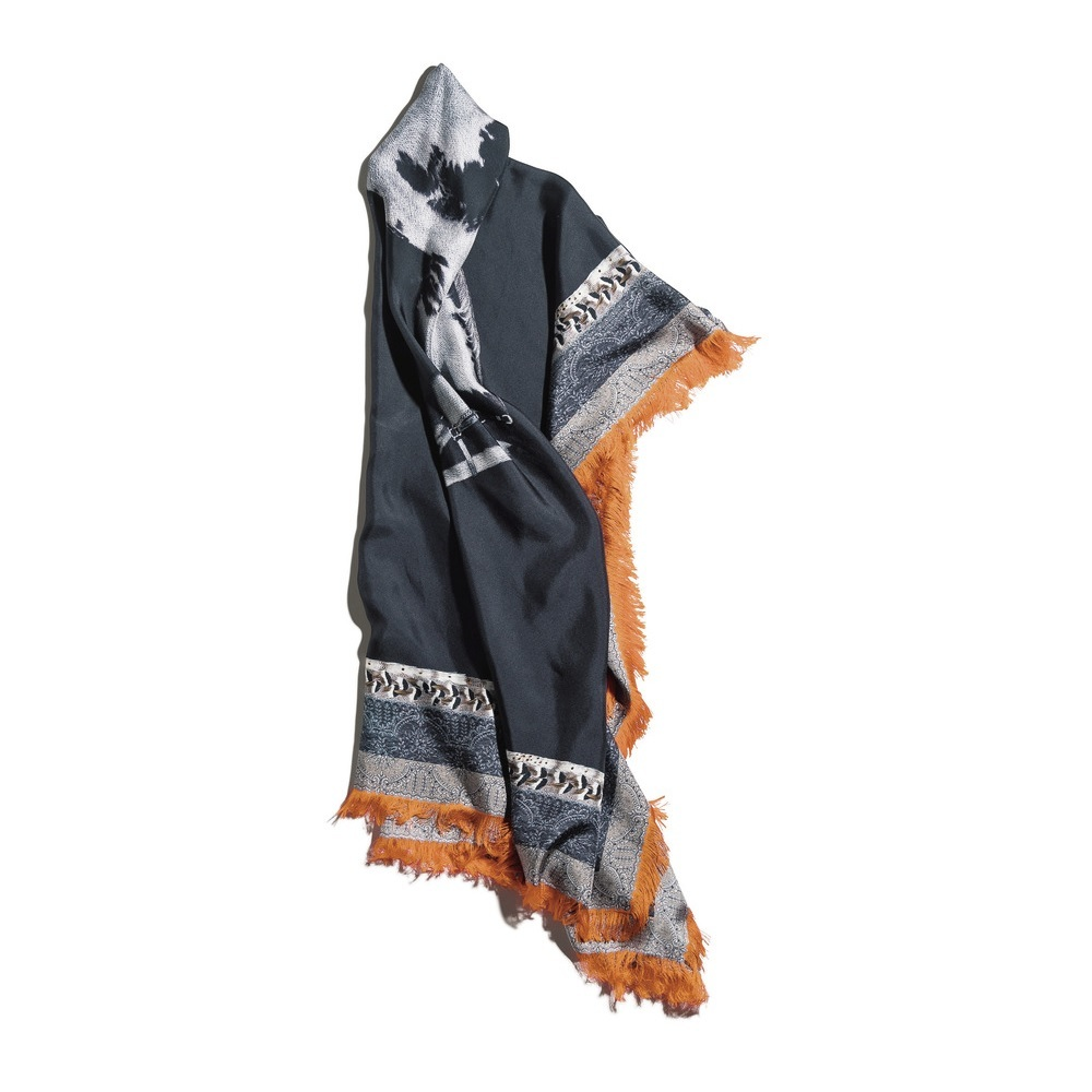 アイキャッチーなバッグやサンダル、スカーフで、秋の女っぷりをあげる_1_5
