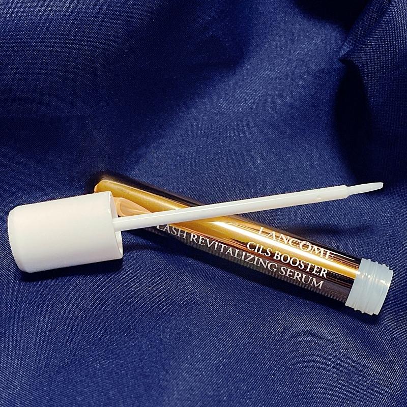 ランコムのシィルブースターラッシュセラムはコンパクトな筆先で目もとに塗りやすい