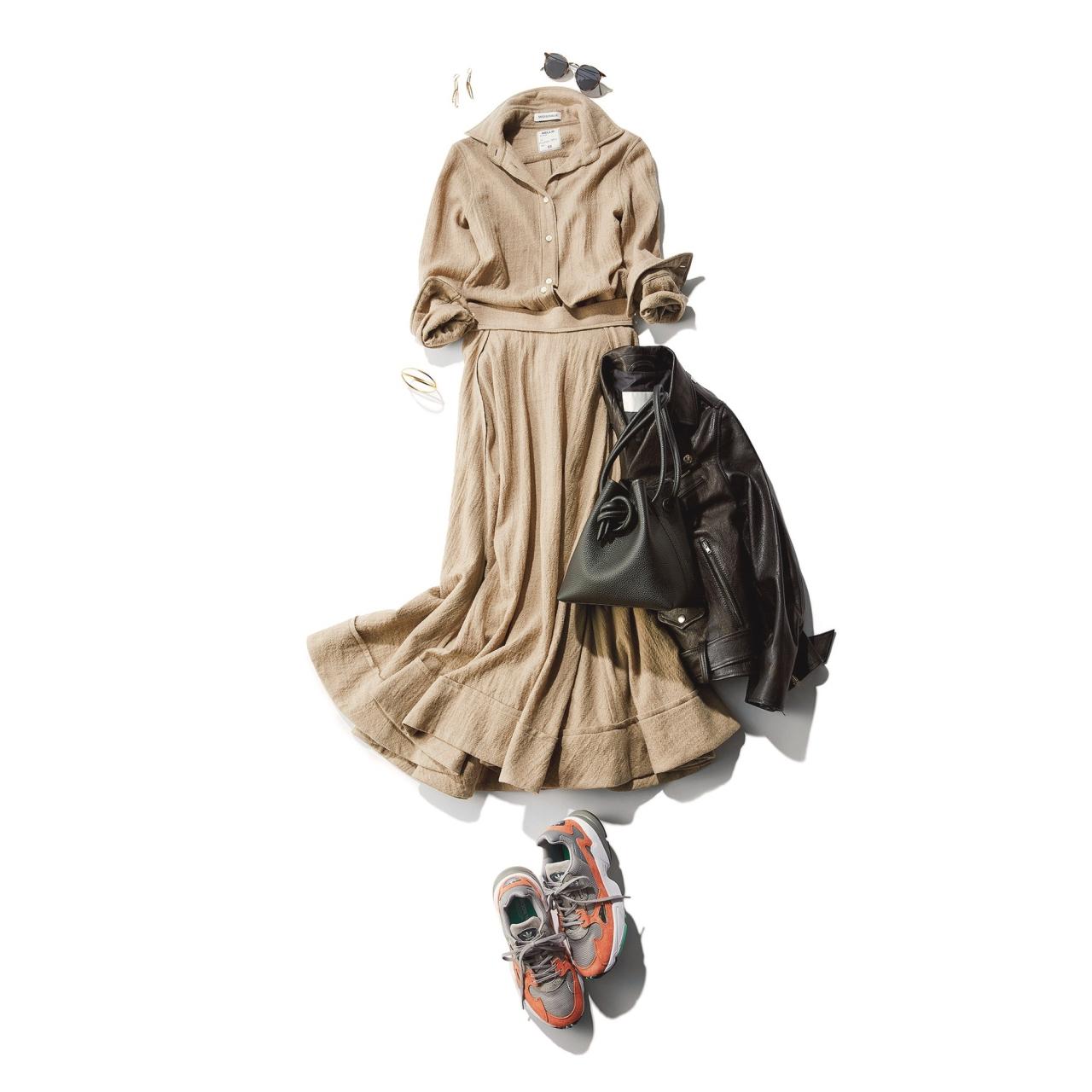 ベージュのシャツ&スカート×ハイテクスニーカーのファッションコーデ
