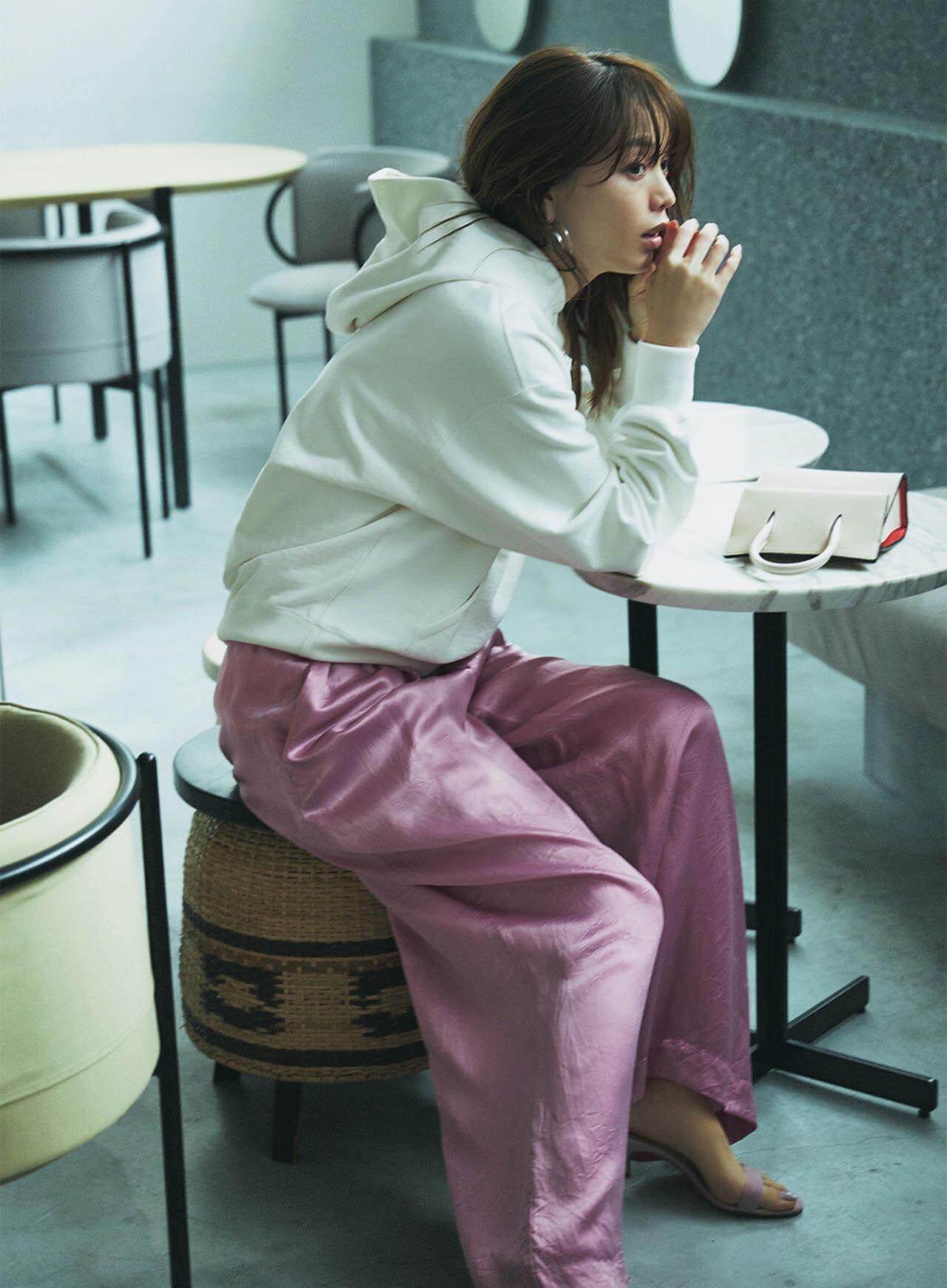 白のフーディ×ピンクのツヤパンツコーデ