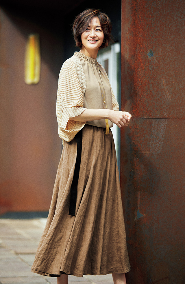 ニットのボレロ合わせで品よくこなれる、麻のロングスカート