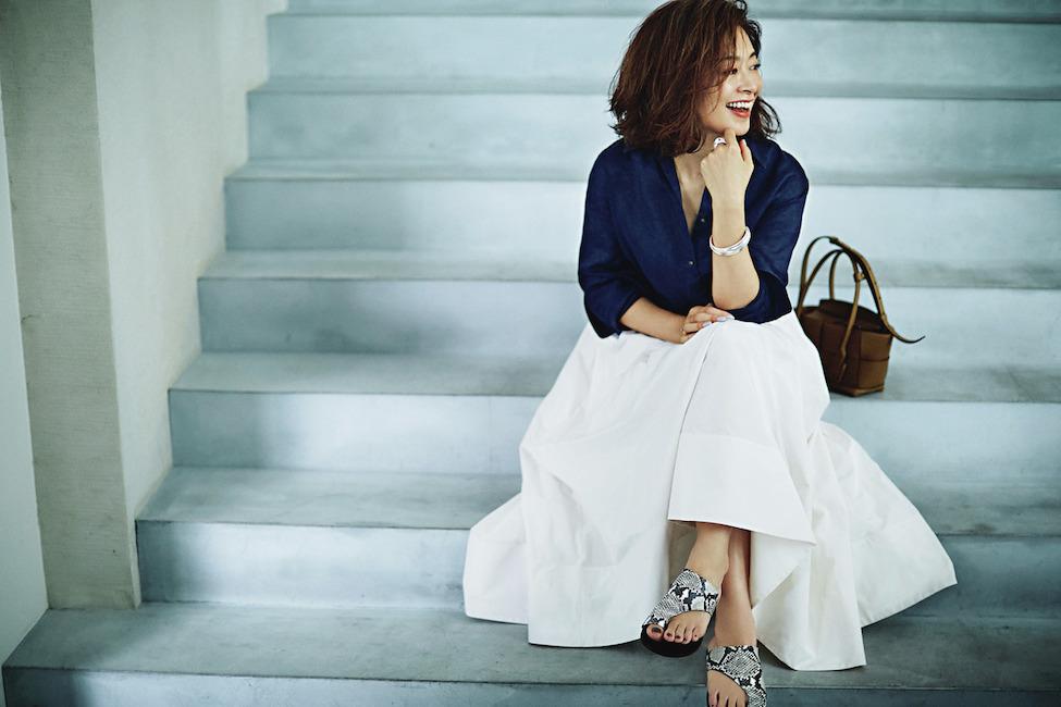 三尋木奈保さんの2020年夏のファッション ネイビーシャツ×白スカートのコーデ