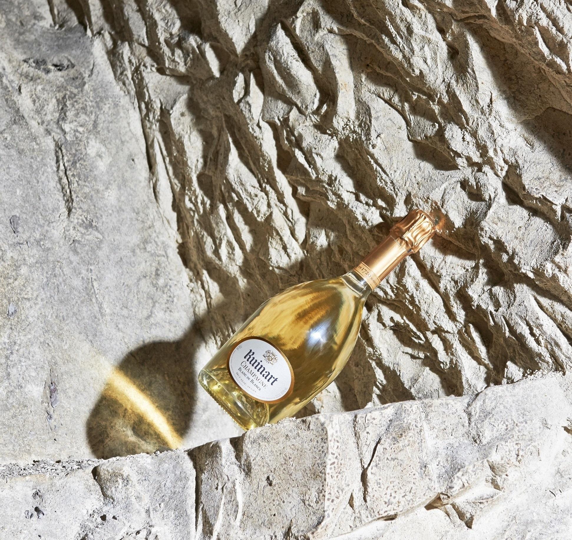 世界最古のシャンパーニュメゾン「ルイナール」。熟成はガリアローマ時代から在続する「クレイエル」(古代の白亜質の石切り場跡)のセラーで行われる。ボトルの曲線にも古格が感じられる。