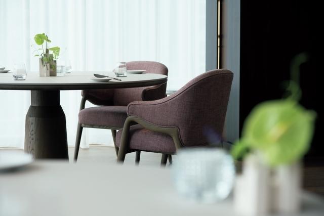 レストランは、香港出身の世界的デザイナー、アンドレ・フーのデザイン。併設の『メゾン マルノウチ』は朝食から終日営業