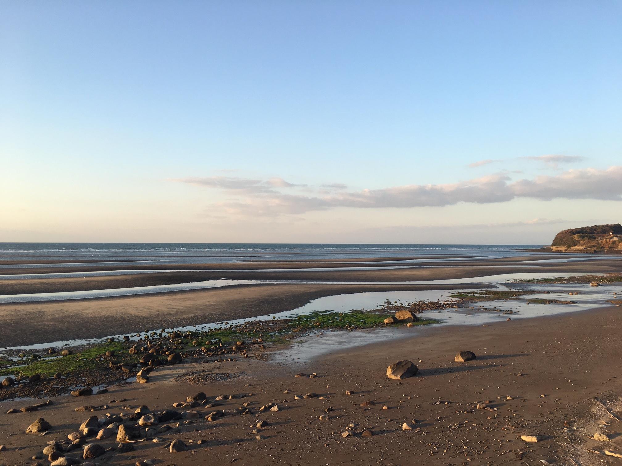 すこしづづ日が傾き始めた海岸