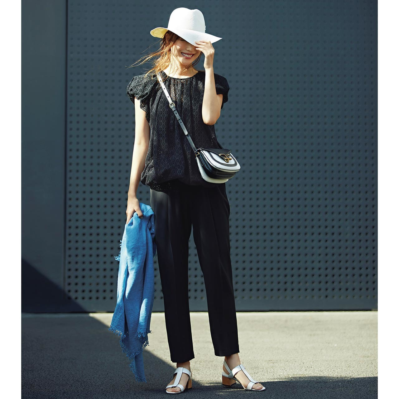 ■帽子×レースブラウス×黒パンツコーデ