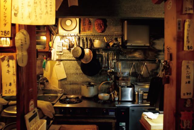 店主の河原崎真大さん自作のコンパクトで機能的な厨房
