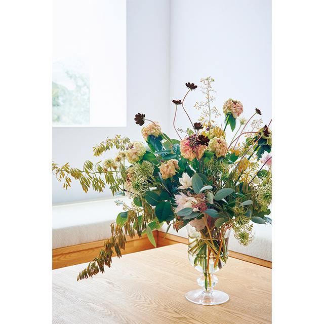 チョコレートコスモスがきわだつ 柔らかトーンの花をコーディネート