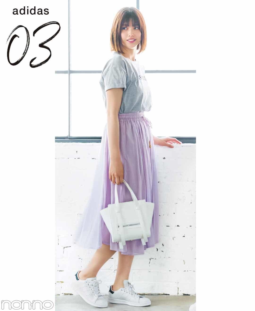 【夏のスニーカーコーデ】江野沢愛美渡邉理佐のTシャツのデイリーコーデは、辛口レザーで大人カジュアル。