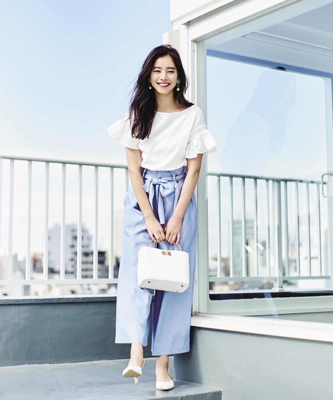 【夏のパンツコーデ】新木優子は、クリーンな水色パンツとフリルのトップスでレディな魅力たっぷに♪