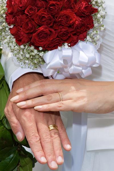 結婚式にて。2人で選んだ指輪を重ねて