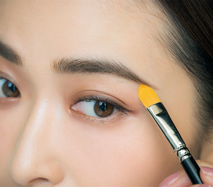 ③眉じりの下にブラシでコンシーラーを塗り、凛とさせつつハイライト効果を