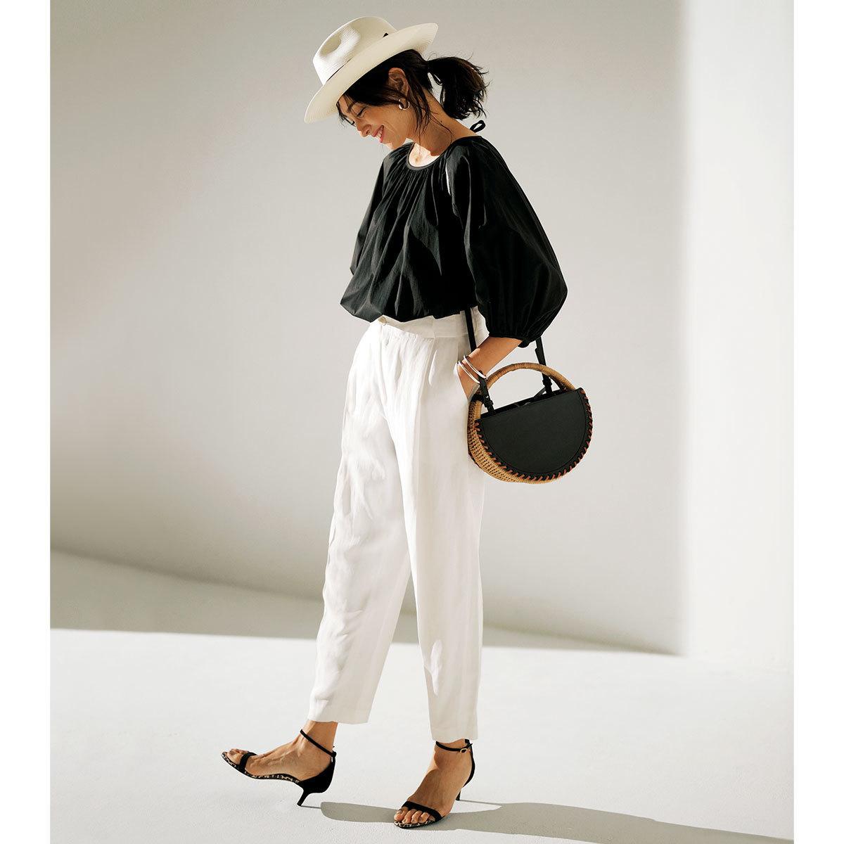黒ブラウス×白パンツのモノトーンコーデ