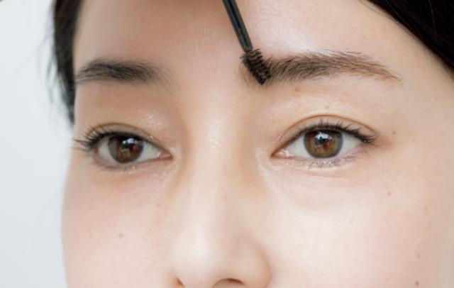 04 眉頭のうぶ毛もすくうように毛流れを整える