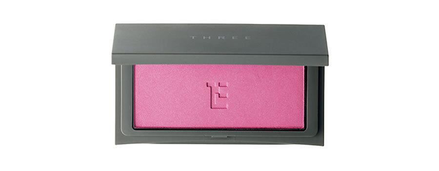 ②あでやか色のチークも、粉が硬めのものを選べばつきすぎの心配なし。青みがかったピンク。チーキーシークブラッシュ 19¥3,000/THREE