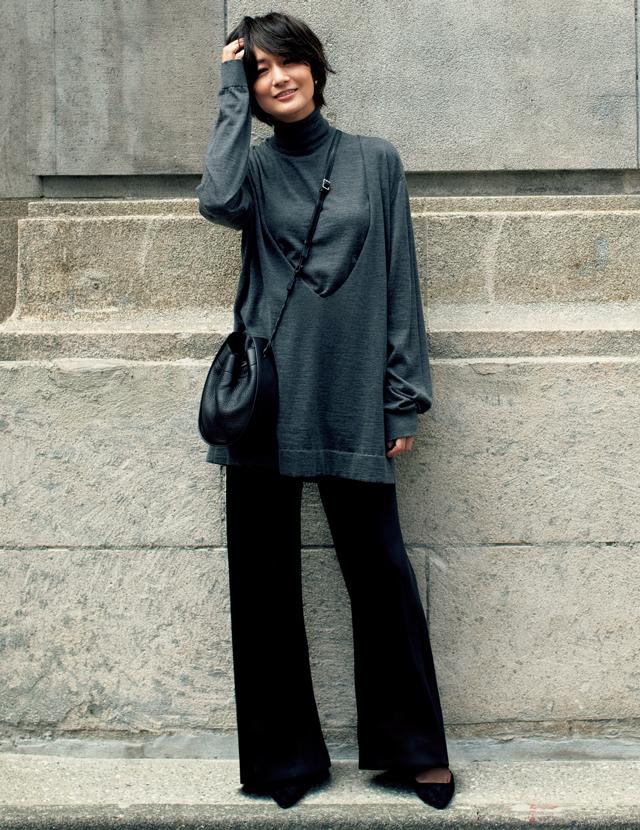 ザ・ロウのニットを着こなす富岡佳子
