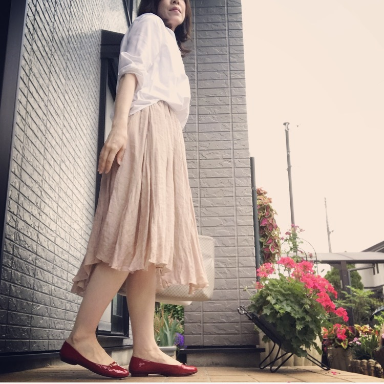 リアル通勤コーデ。何を着ようか迷った金曜日はパキッと白シャツ&ふんわりスカートで!_1_1