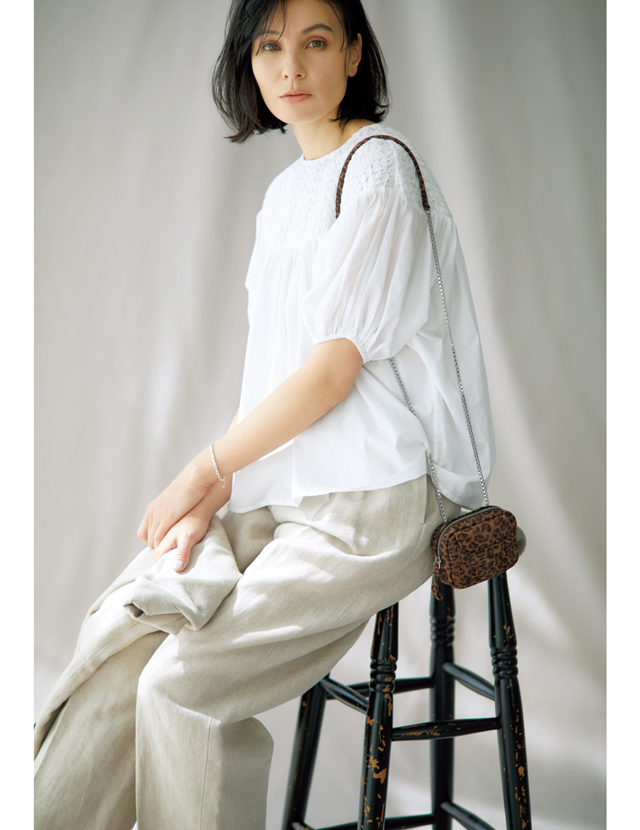 ピマコットン素材の白ブラウスを着こなす田沢美亜