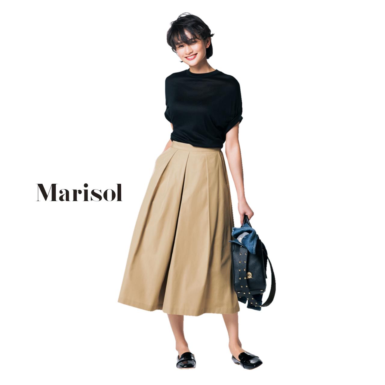 黒Tシャツ×ベージュスカートコーデ