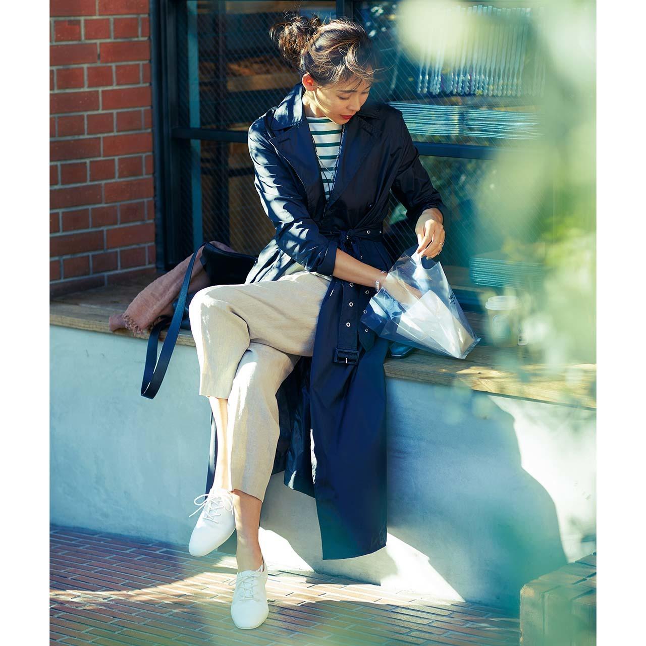 ブラックカラーのトレンチコート×リネンパンツコーデを着たモデルのSHIHOさん