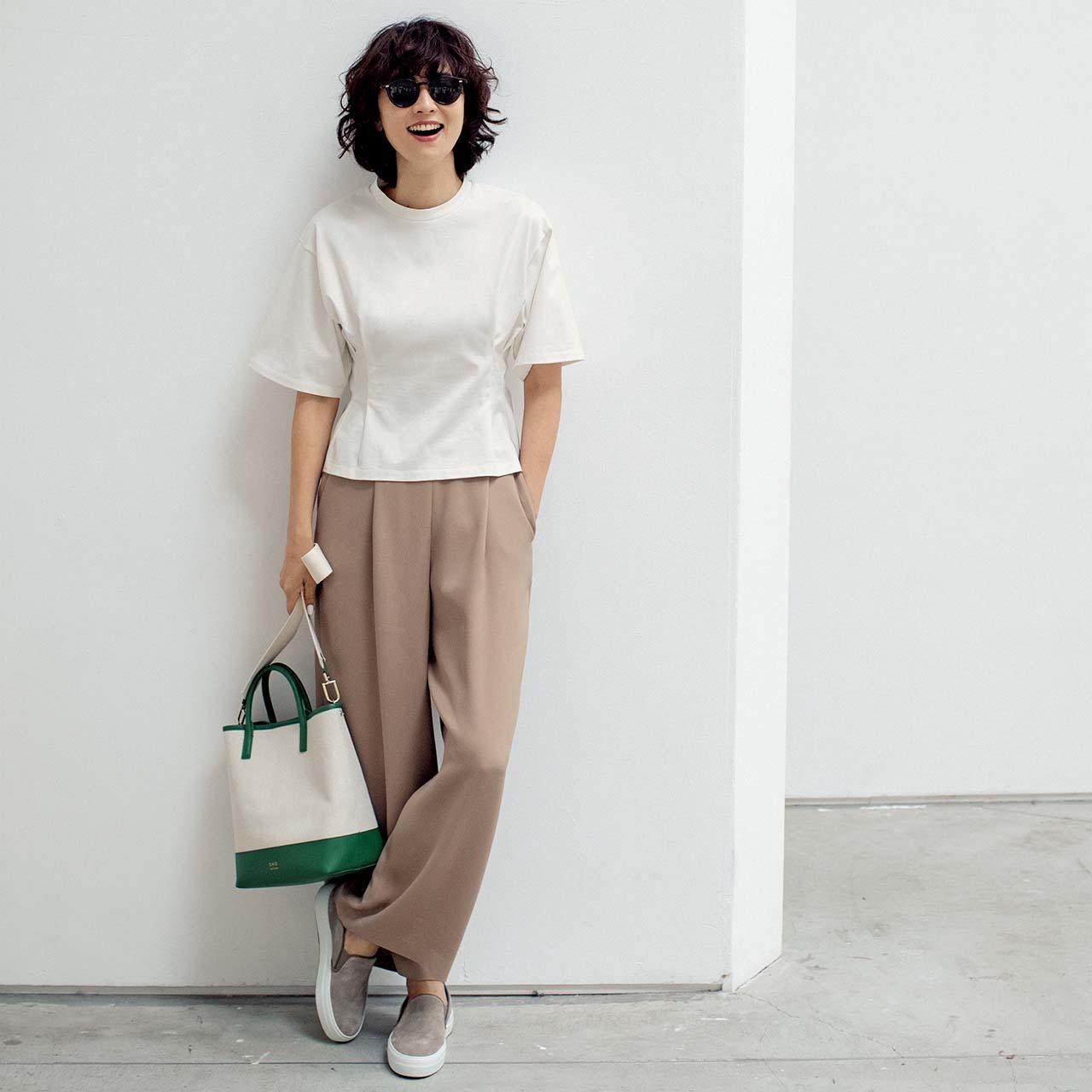 Tシャツ×パンツコーデを着用したモデルの五明祐子さん