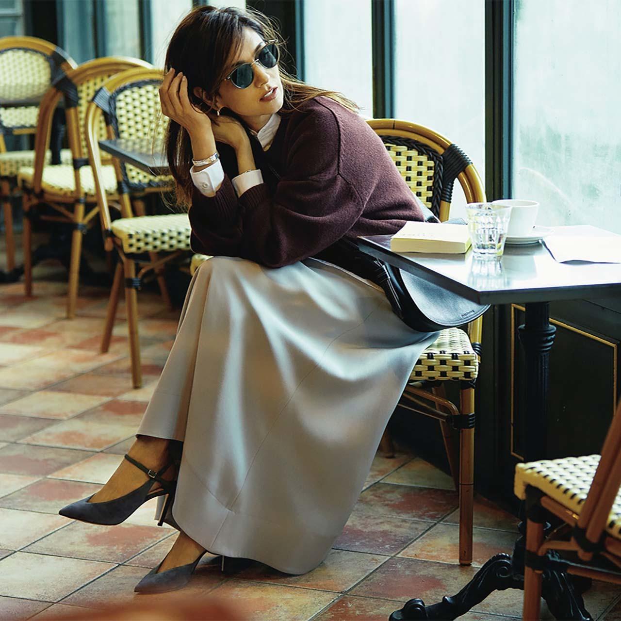 ニット×やわらかいグレーのフレアスカートコーデを着たモデルのブレンダさん