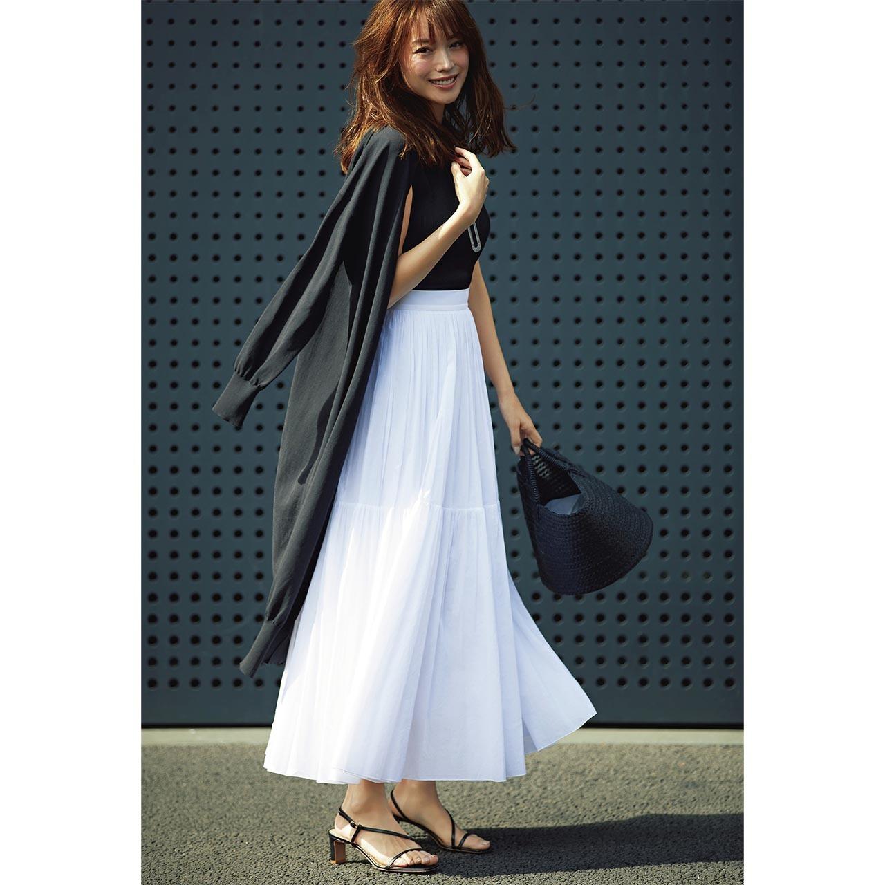 ■黒ロングカーディガン×黒ノースリーブニット×白ロングスカートのモノトーンコーデ